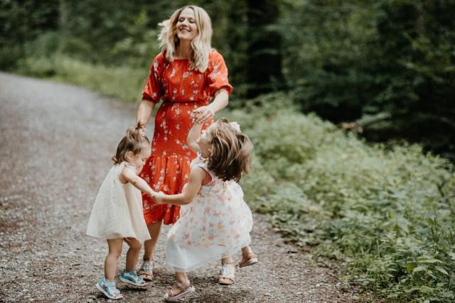 Mama tańcząca z dziećmi.