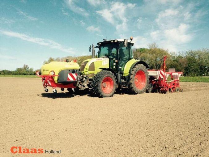 Claas Arion 640 (het oude model) bezig met mais zaaien