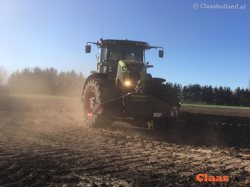 Bekalkt land bemesten met Claas Axion 850 Cmatic