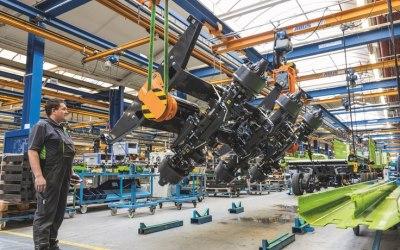 Elke Claas Cargos wagen wordt tijdens de montage 180 graden gedraaid.