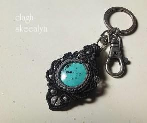 紐は墨×黒色。アクセントに、水晶・カレン族silverを入れて編み上げました。