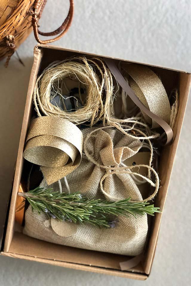 Rubans, ficelles et plantes séchées pour agrémenter les emballages zéro déchet