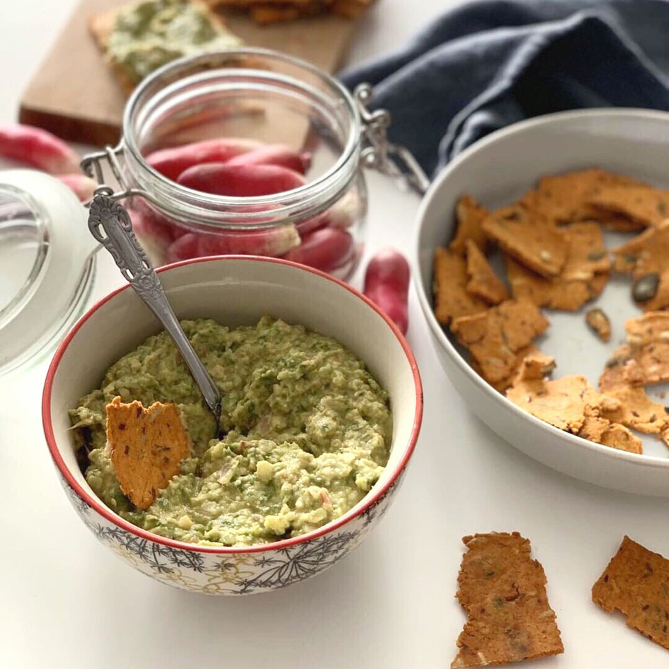 Préparer un apéro sain avec des crackers maison et une tartine de pois chiche