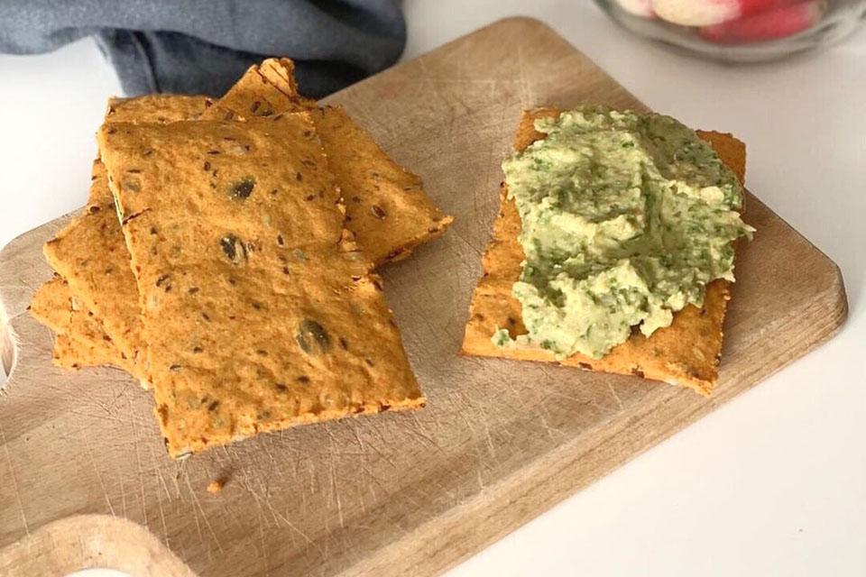 Les crackers tartinés prêts à être mangés