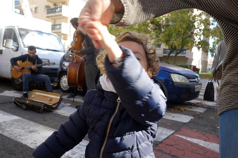 Ambiance sympathique sur le marché avec des musiciens