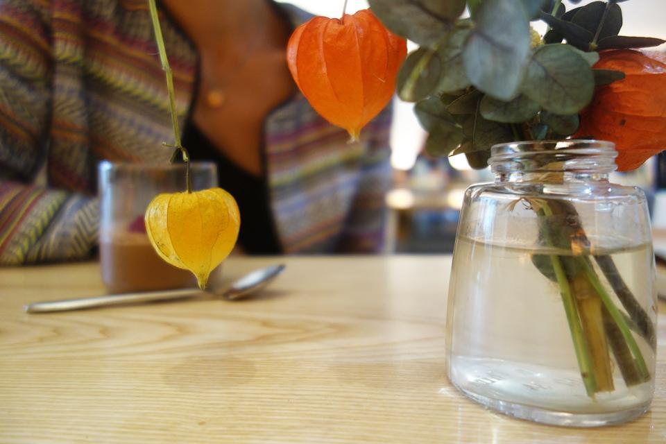 Des bouquets de fleurs séchées ornent les tables
