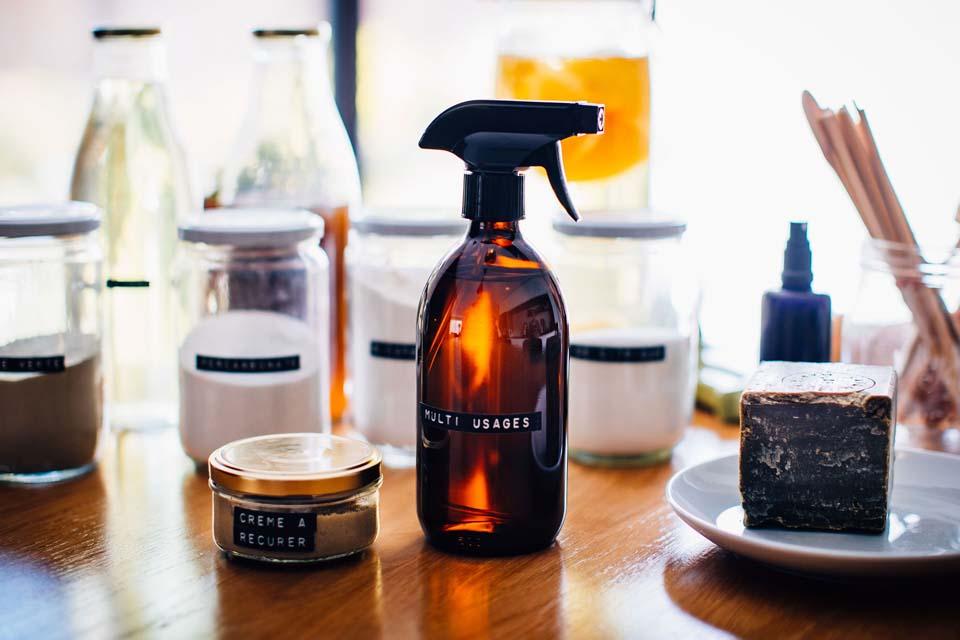 Associer le vinaigre blanc et la crème à récurer pour une efficacité maximale