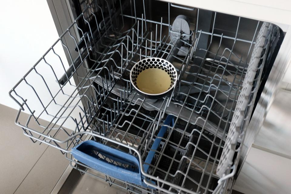 Un bol de vinaigre dans le lave-vaisselle pour l'entretenir
