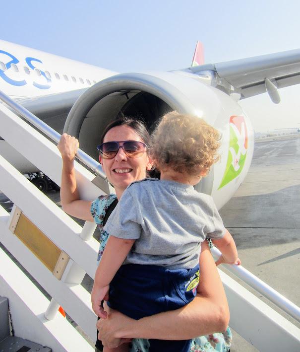 mamma e figli che viaggiano in aereo