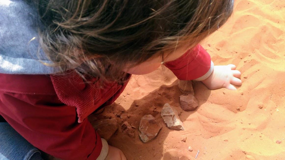 bambino che gioca con la sabbia durante un viaggio in america