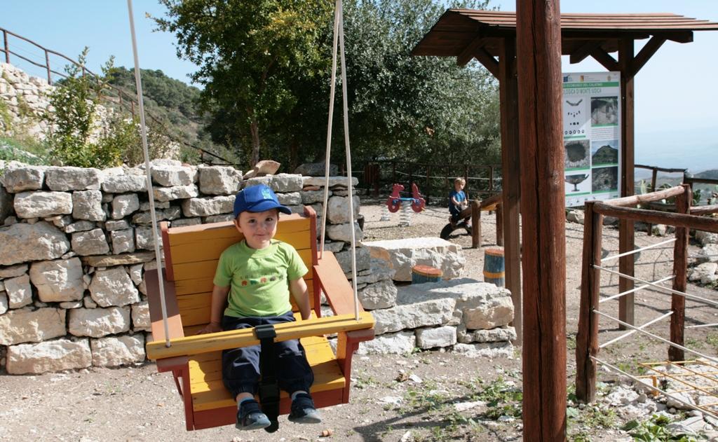 Parco giochi in Sicilia- Sull'altalena
