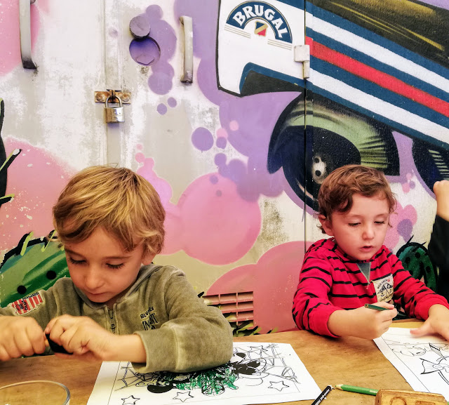 bambini seduti al ristorante di catania