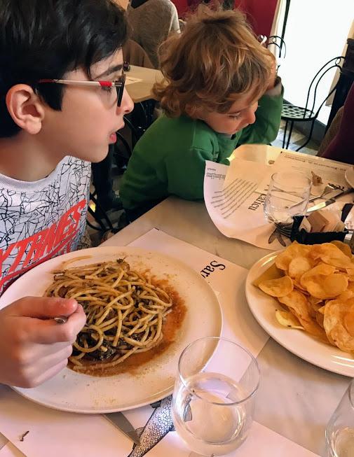 bambini che mangiano all'antica focacceria san francesco