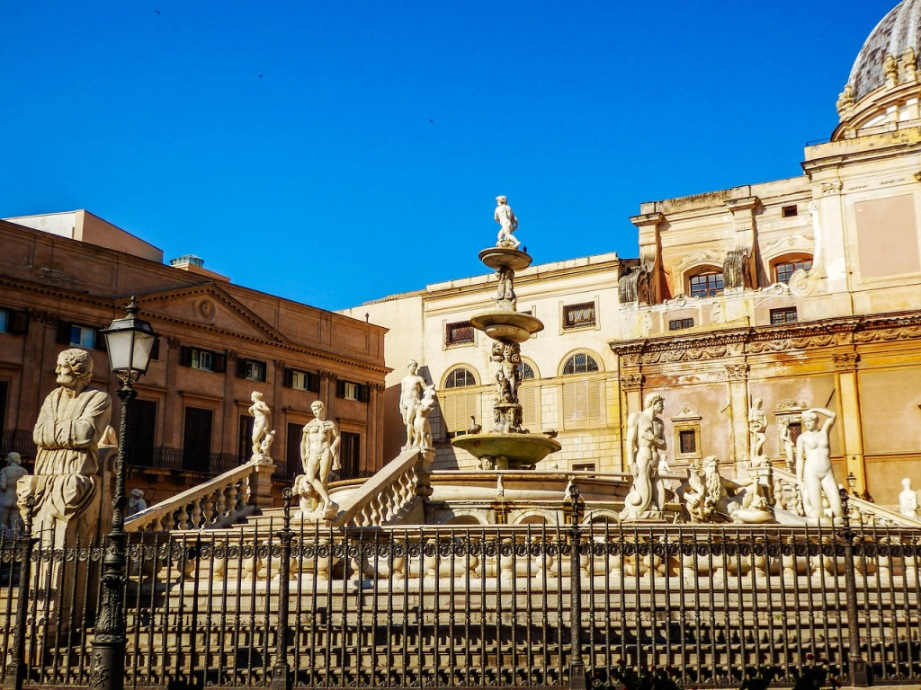 fontana con scale a Palermo con i bambini