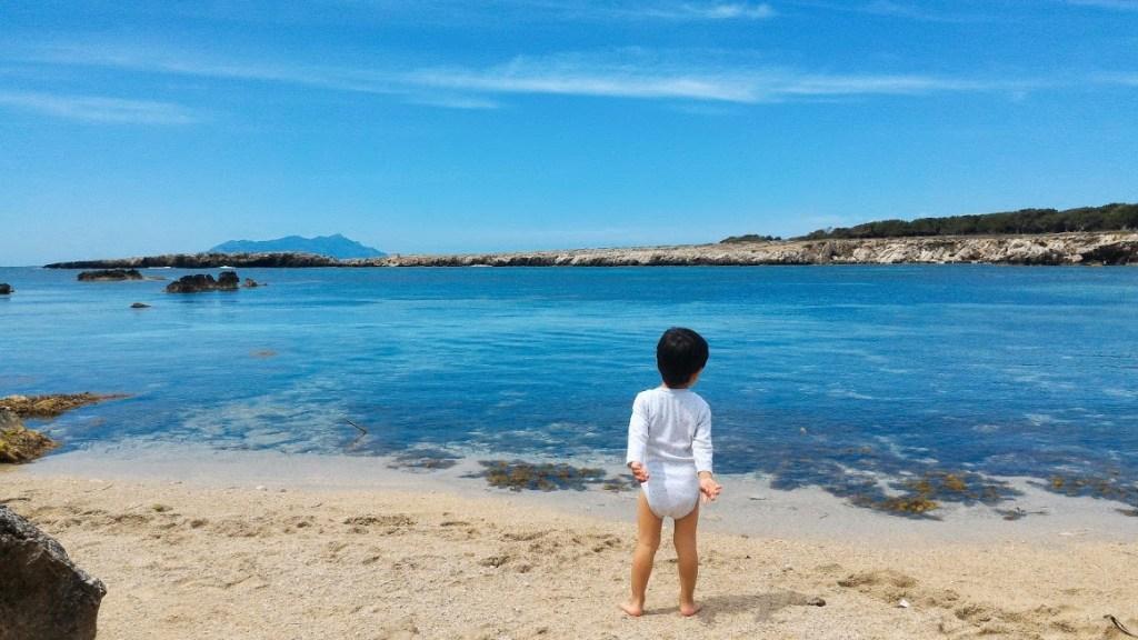 bambino al mare in sicilia