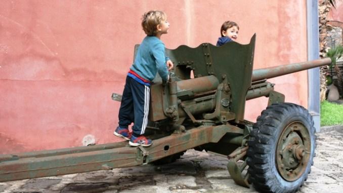bimbi che giocano al museo dello sbarco in sicilia