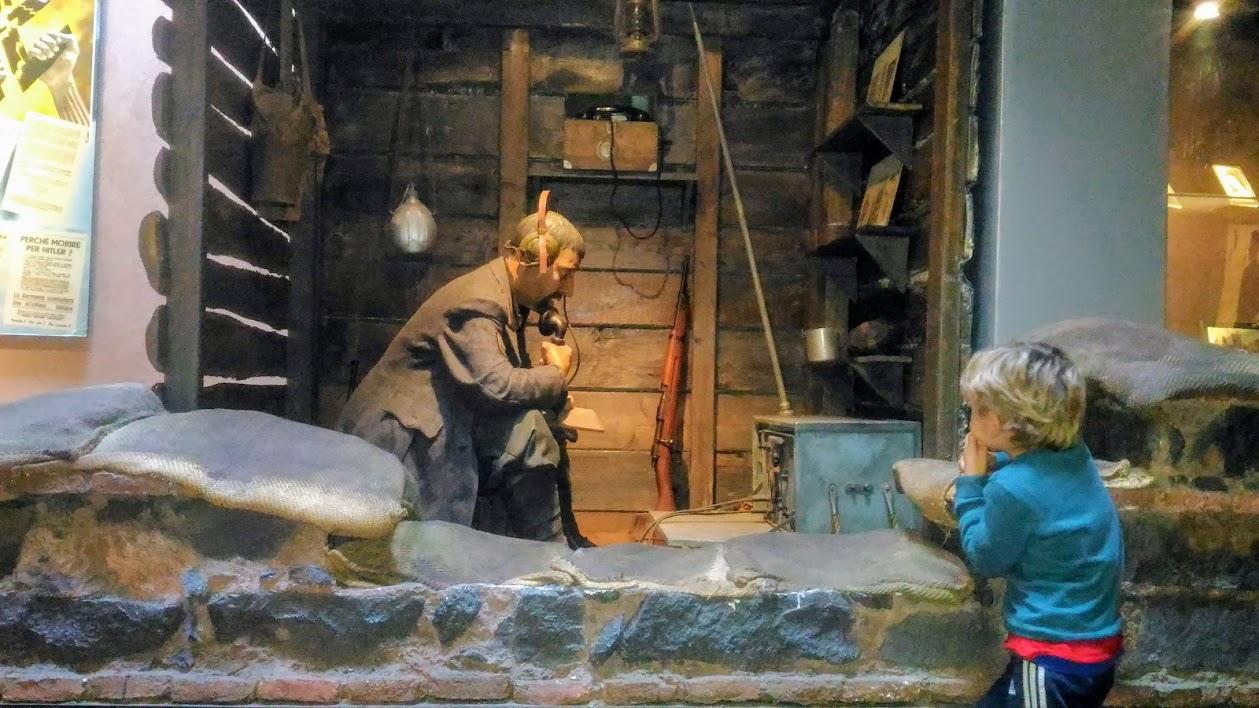 bambino che osserva una statua al museo dello sbarco in sicilia