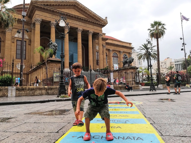 bambini che giocano in piazza a Palermo