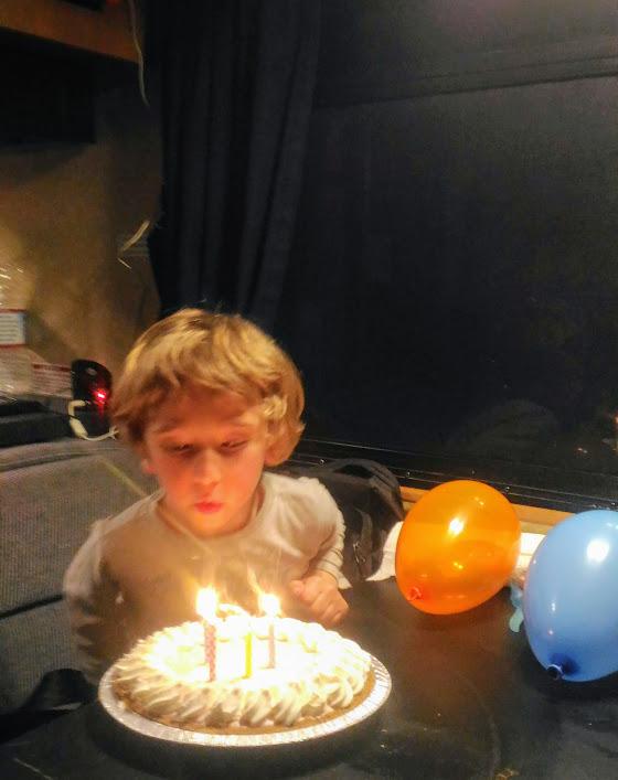 bambino che spegne le candeline durante un viaggio in california