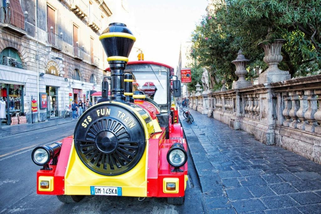 trenino turistico della città di catania in sicilia in inverno con i bambini