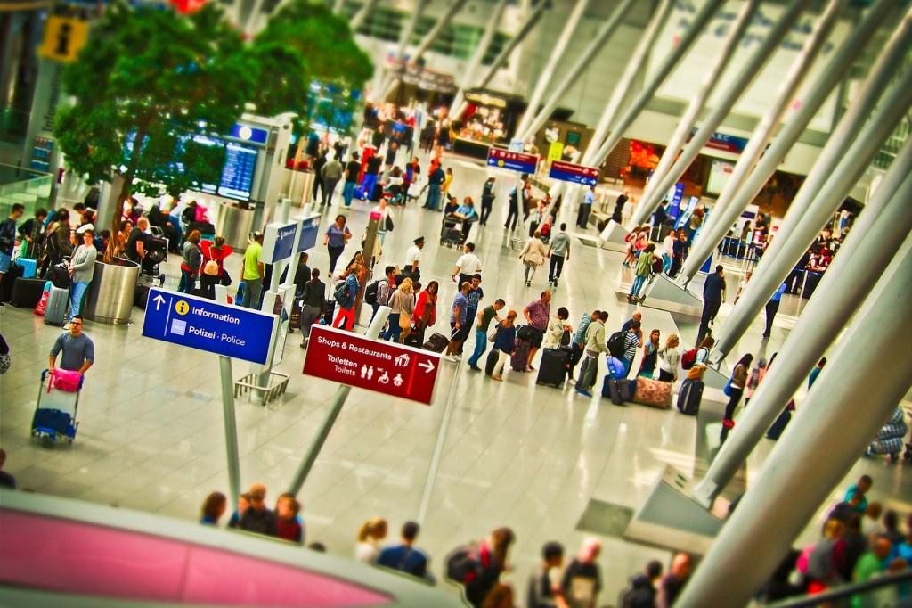 terminal arrivi in un aeroporto durante un viaggio con i bambini