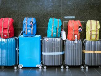 bagagli in aeroporto per viaggiare con i bambini