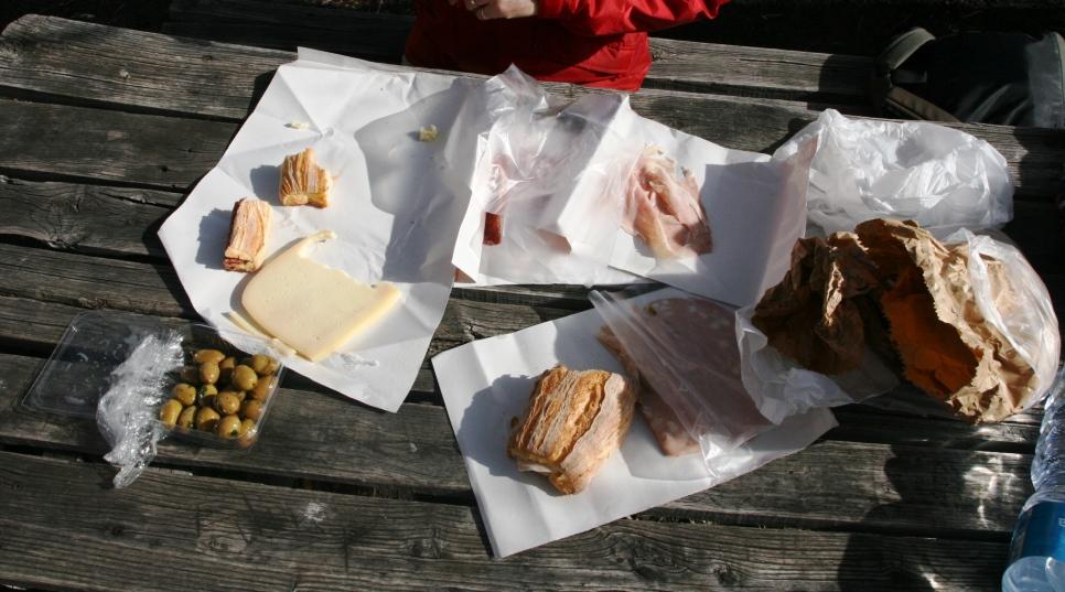 picnic a base di pane, formaggio, olive e salumi