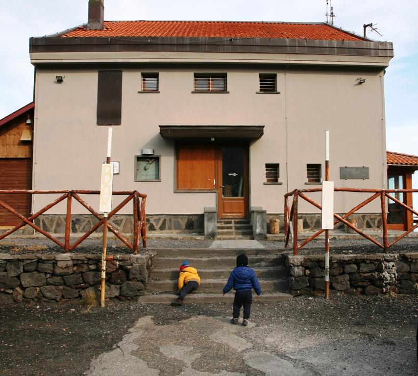 bambini che giocano all'ingresso del rifugio citelli