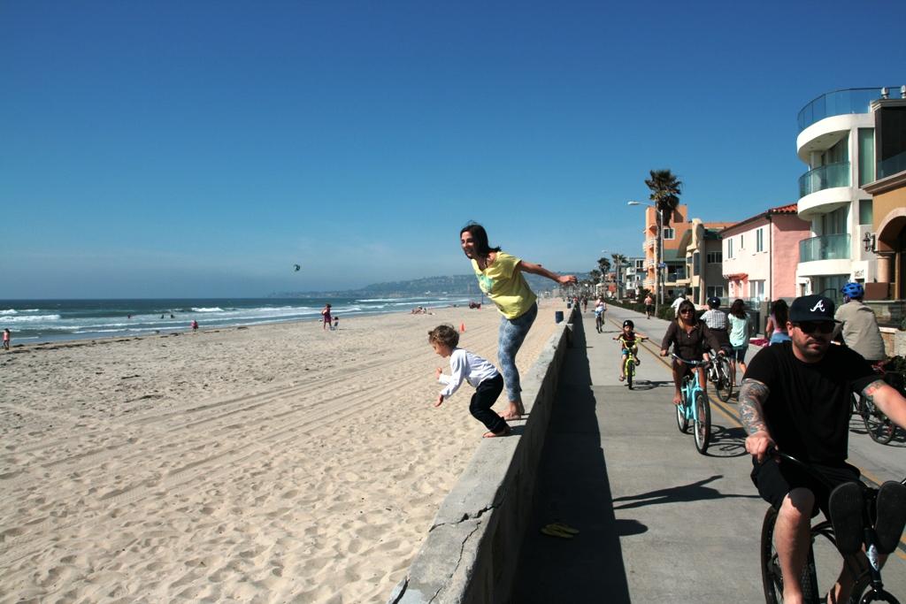 mamma e bambino che giocano sulla spiaggia di Mission Beach in california