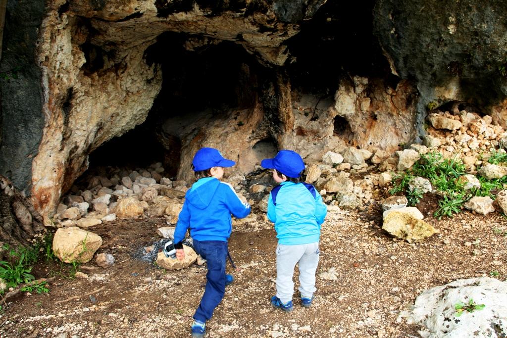 bambini che giocano nelle grotte di Pantalica