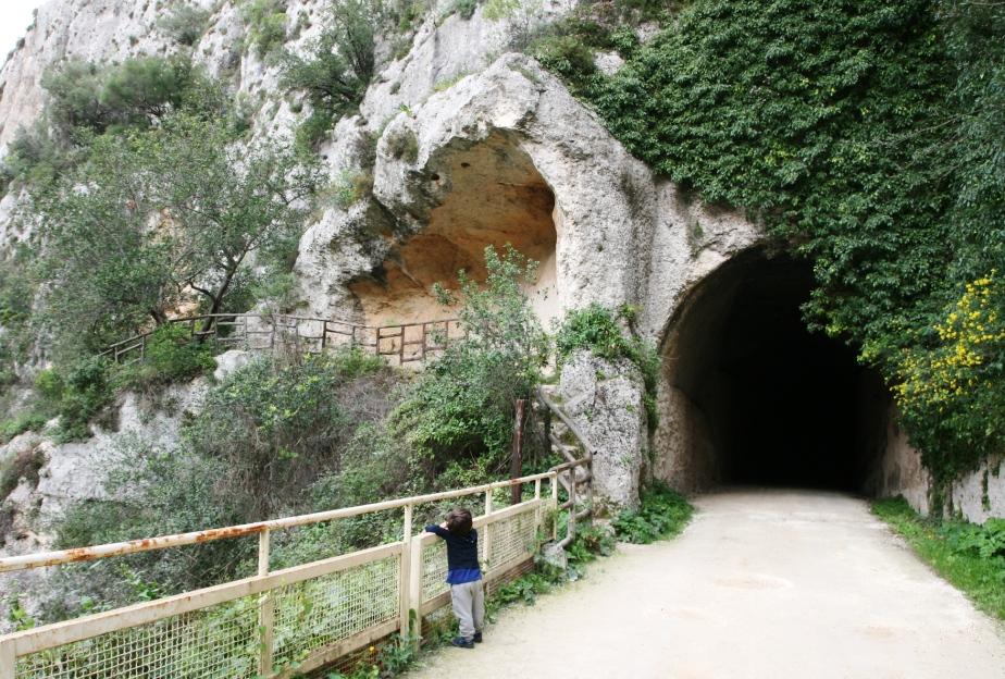 bambino che osserva le grotte di Pantalica