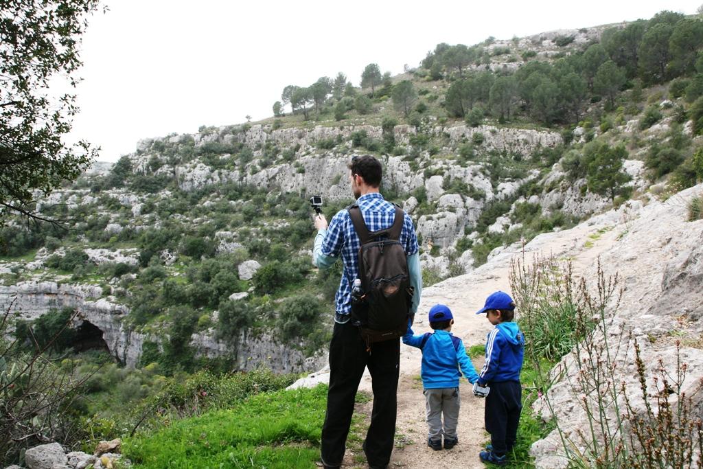 papà e bambini a Pantalica
