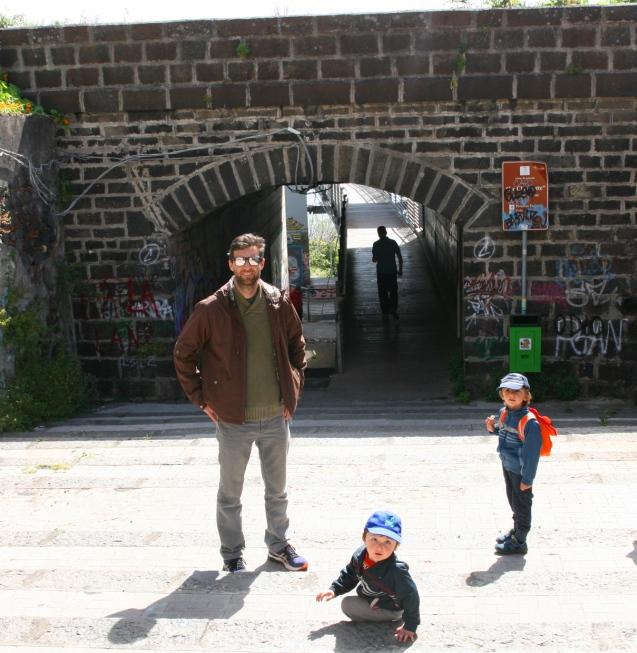 una famiglia davanti un ponte
