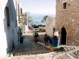 mamma e bambini a Erice in Sicilia
