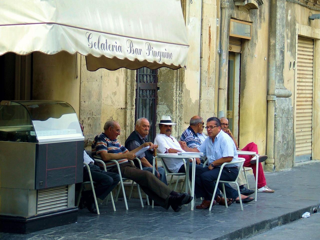 uomini siciliani seduti ad un caffé