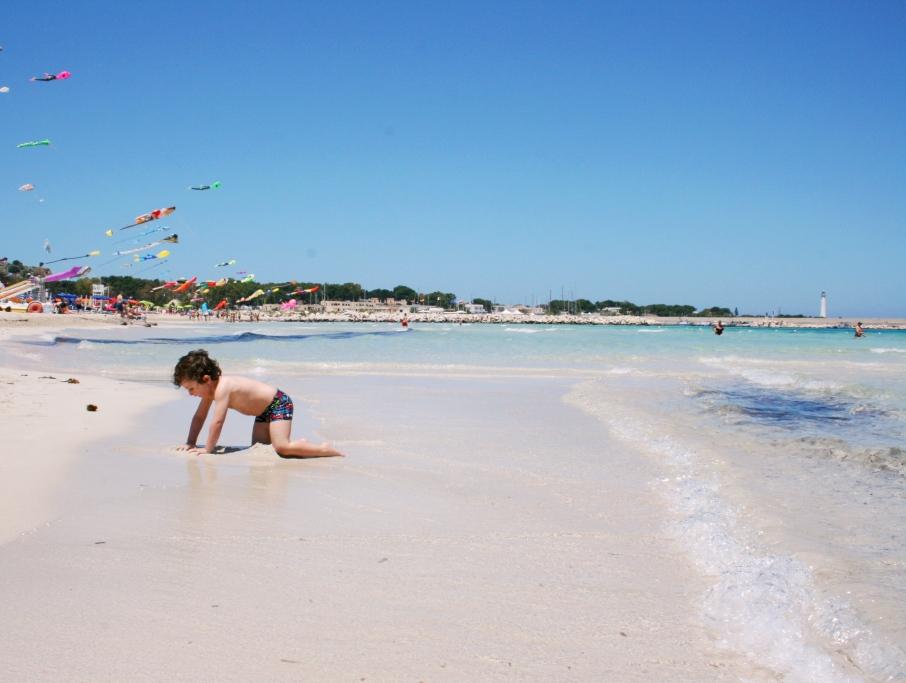 bambino che gioca sulla spiaggia di san vito lo capo