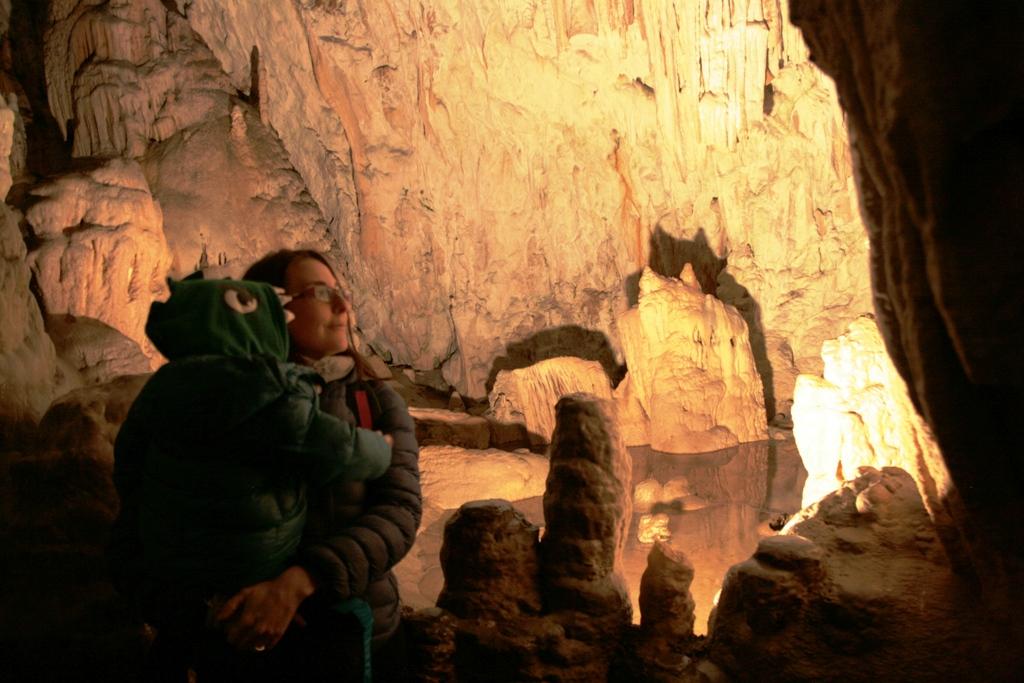 mamma e bambino alle grotte di postumia