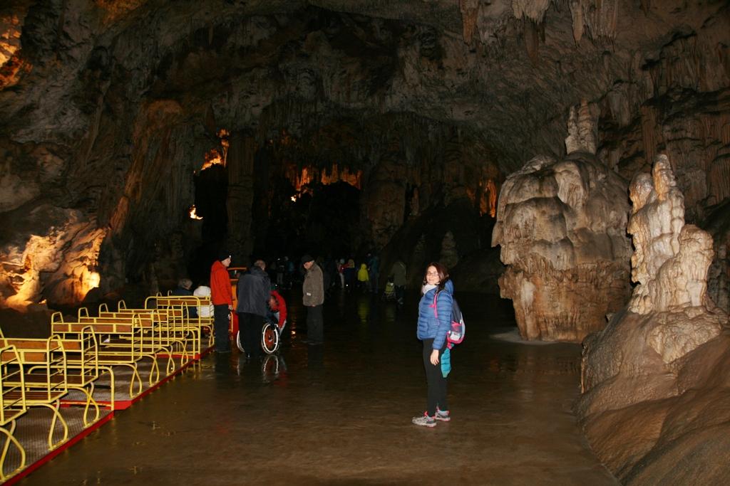 trenino che consente di visitare le grotte di postumia anche con i bambini