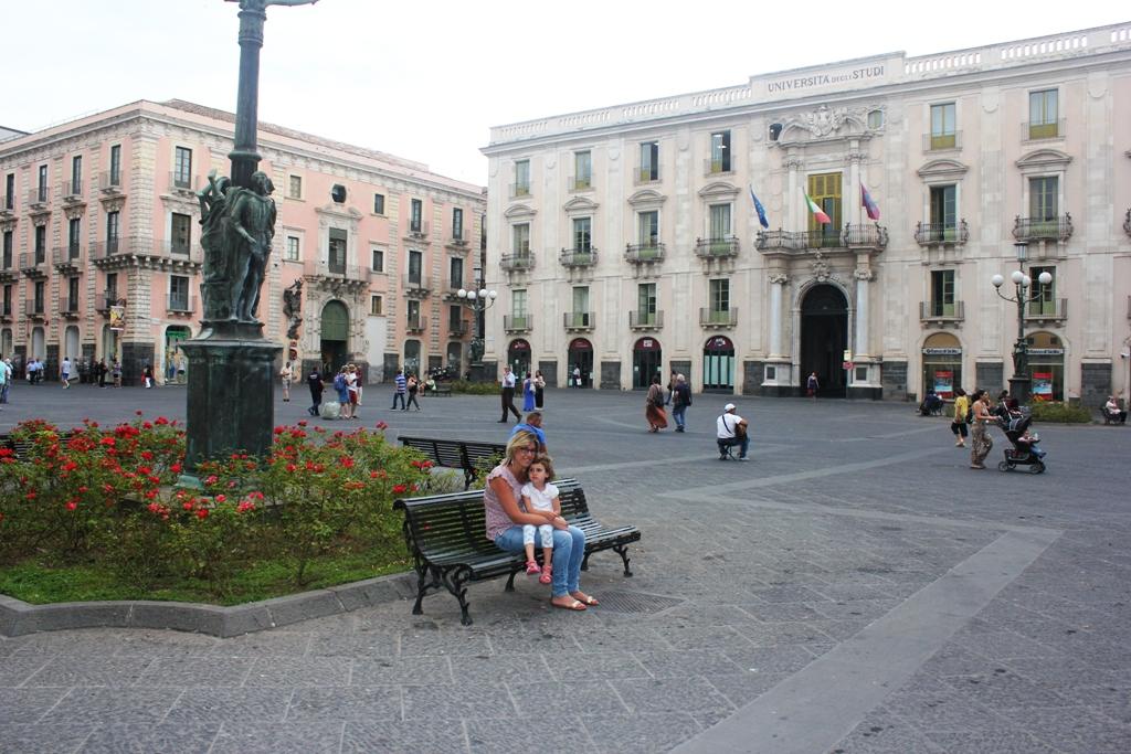 mamma e bambina a Catania in piazza università