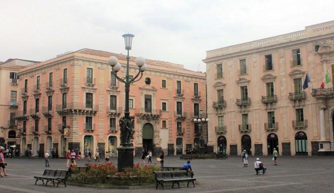 piazza università a Catania