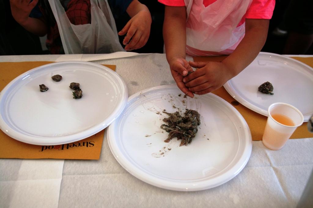 bambini che preparano le polpette