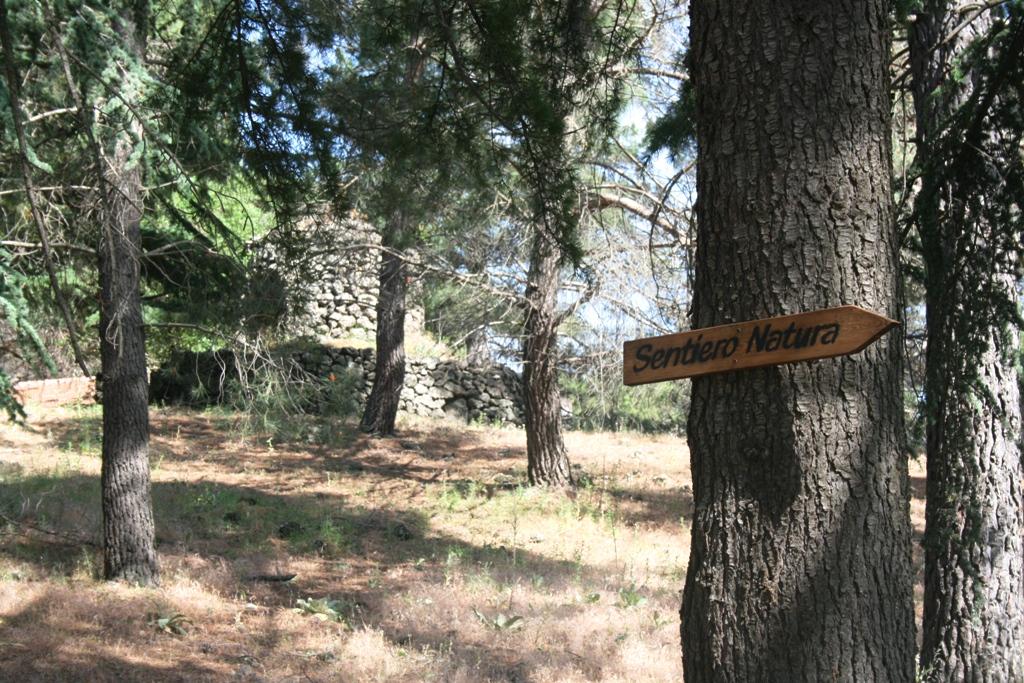 pannello che indica un sentiero natura presso azienda Gurrida
