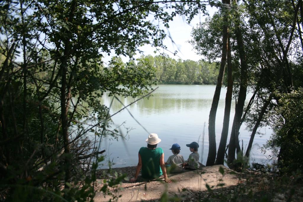 mamma e figli al lago durante una gita fuori porta