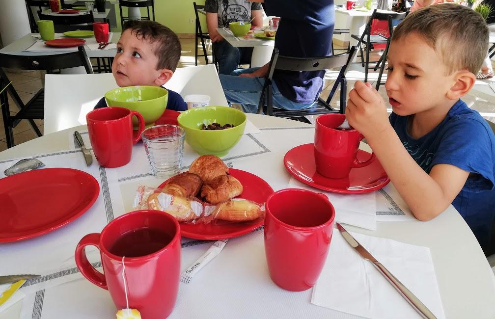 bambini che fanno colazioni in un hotel vicino disneyland paris