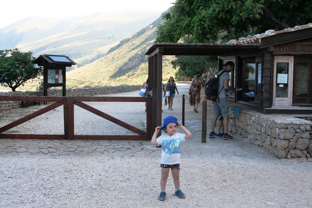 bambino davanti l'ingresso della Riserva dello Zingaro