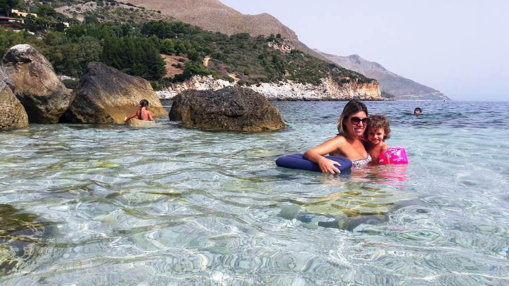 mamma e bambina a Castellammare del Golfo