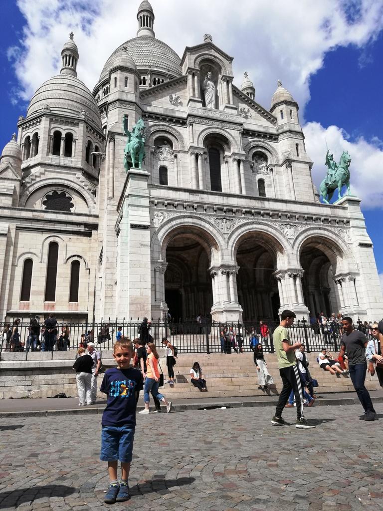 un bambino davanti il Sacro Cuore a Parigi