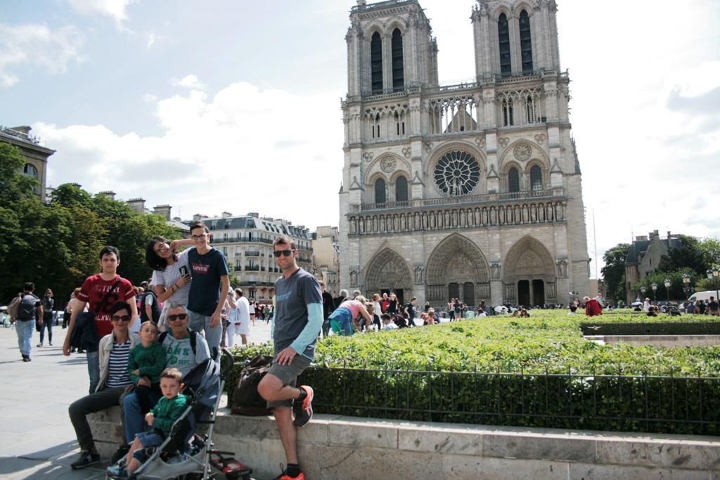 una famiglia con bambini davanti Notre dame a Parigi