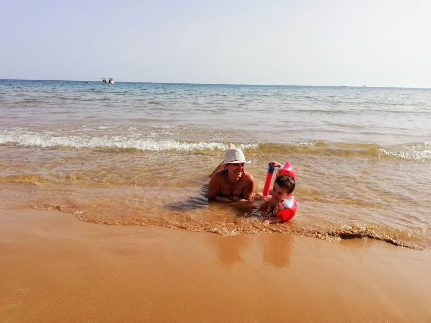 mamma e bambino che giocano sulla spiaggia a Donnalucata