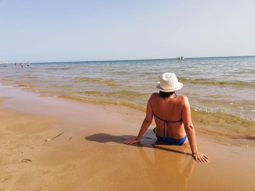 donna sulla spiaggia a Donnalucata
